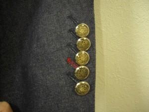 下から2つ目のボタンホールを赤にしました