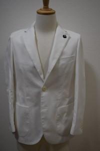 白のスーツに合わせて