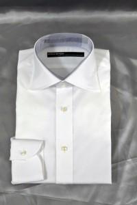 シンプルな白シャツです