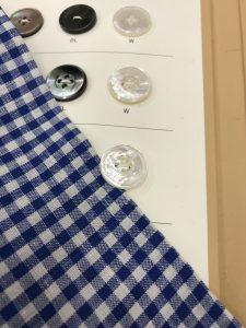 明るめのボタンを選びました